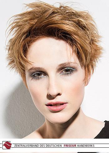 Krátký prostříhaný účes v tmavé blond barvě