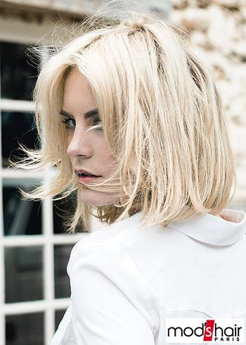 Rovný běžný blond účes v polodlouhé délce