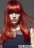 Rovný dlouhý výrazný účes s ofinou v rudé barvě