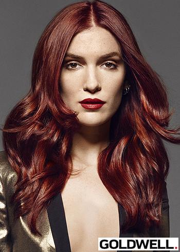 Zvlněné dlouhé vlasy s tmavě červené barvě