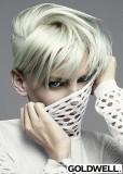 Bílý lesklý účes v krátkém střihu s přehozenými vlasy dopředu