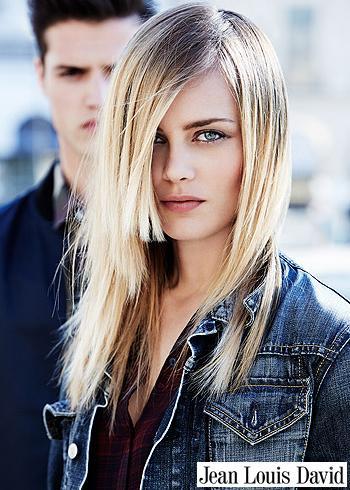 Rovné blond vlasy s patkou překrývající oko