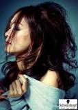 Dlouhé zvlněné vlasy s pramenem přes obličej