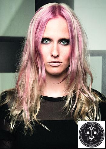 Dlouhý blond účes s výrazným růžovým melírem
