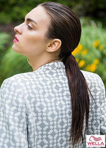 Uhlazené hnědé mokré vlasy v culíku