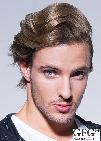 Středně dlouhý pánský blond účes přehozený na stranu
