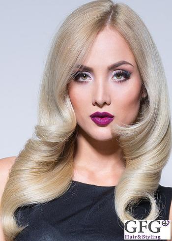 Dlouhý blond účes s pěšinou uprostřed s pravidelnými loknami