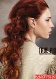Objemný zvlněný účes z červených vlasů sepnutý dozadu