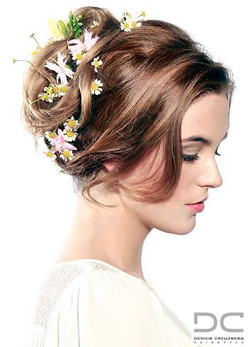Romantický účes s květinami a volnými prameny