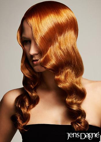 Dlouhé rezavé vlasy s ležérními vlnkami