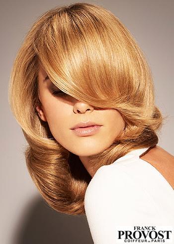 Polodlouhý blond účes s ofinou přes oči