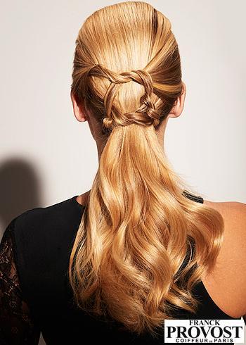 Elegantní culík ozdobený prameny vlasů vyčesaný dozadu