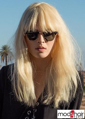 Blond delší účes s rovnou ofinou