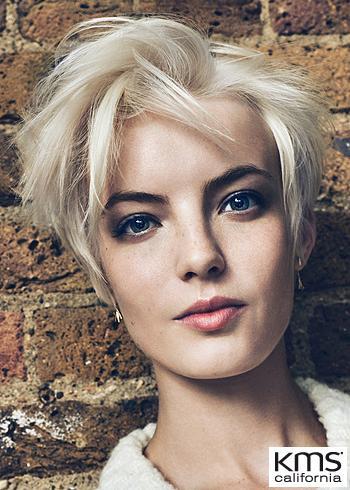 Krátký blond účes s rozcuchem