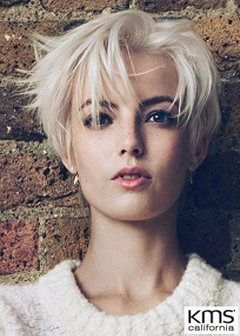 Krátký prostříhaný blond účes s ofinou