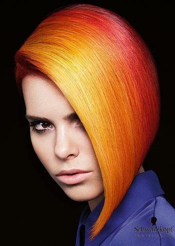 Hladký asymetrický účes v oranžovo-červených barvách