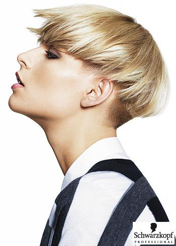 Krátký blond střih v pánském stylu s vyholenými boky
