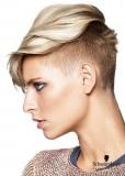 Trendy krátký účes s vyholenými boky v blond barvě