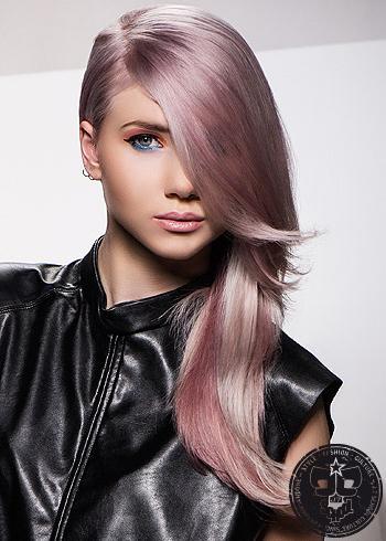 Dlouhý fialový účes s vlasy na bok