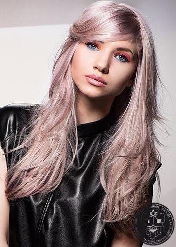 Lesklé fialové dlouhé vlasy s patkou