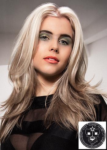 Dlouhé blond vlasy s pěšinou uprostřed