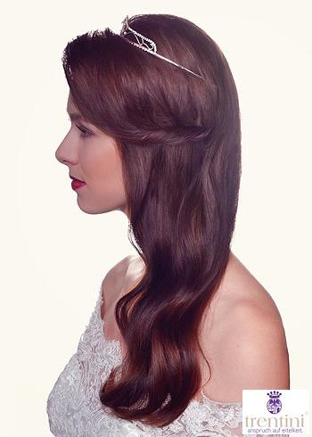 Účes z dlouhých tmavě hnědých vlasů s korunkou