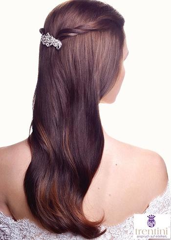 Přirozený účes z dlouhých vlasů s ozdobnou sponou