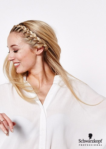 Rozpuštěný účes se zapletenou čelenkou z vlasů
