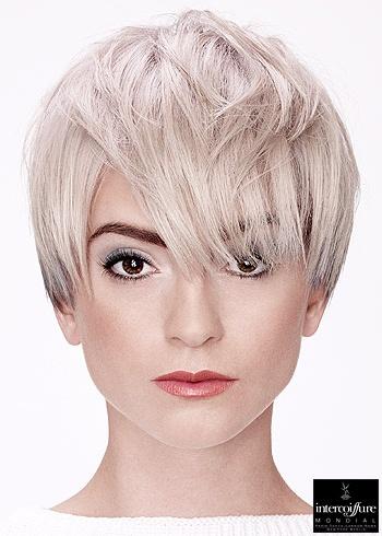 Krátký blond střih v odstínu do bíla s ofinou přes oči