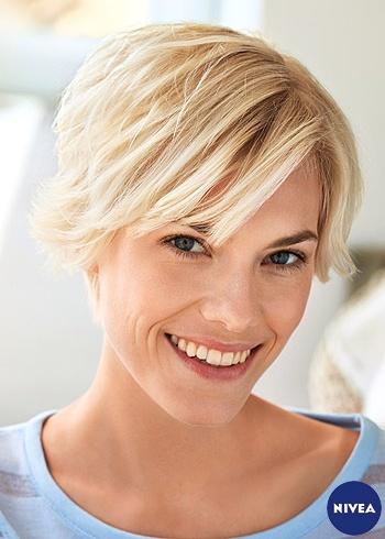 Krátký blond účes s ofinou na stranu