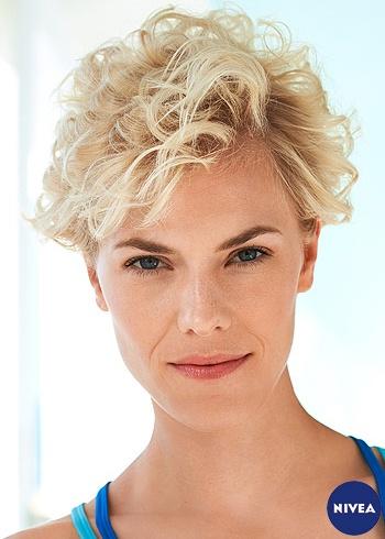 Krátký blond zvlněný účes s rozcuchem