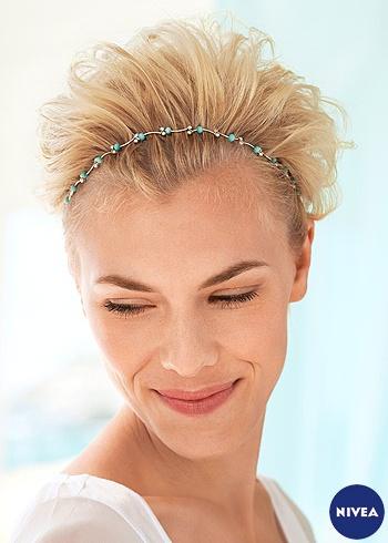 Krátký blond střih s čelenkou