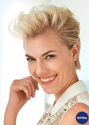 Krátký blond střih vyčesaný dovrchu