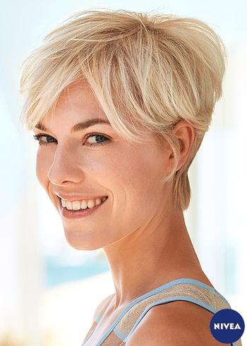 Běžný krátký účes z blond vlasů