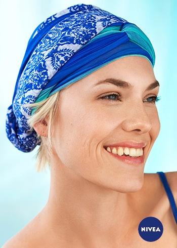 Účes doplněný výrazným modrým šátkem