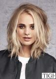 Polodlouhý rovný blond účes