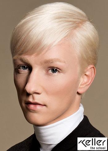 Uhlazený platinový blond účes s patkou