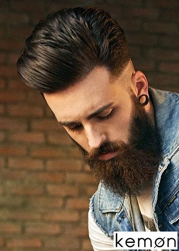 Objemný pánský střih s vyčesanými vlasy dovrchu a vyholenými boky