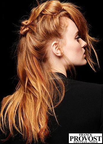 Atypicky svázaný účes z rezavých vlasů