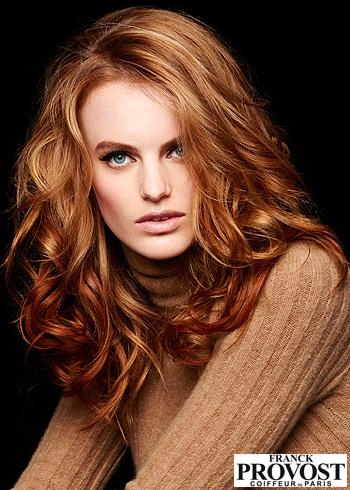 Objemné vlnité vlasy v přirozené rezavé barvě