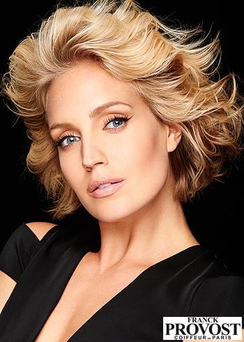 Polodlouhý blond rozevlátý účes