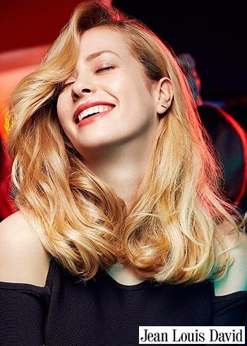 Přirozené dlouhé blond vlasy s delší ofinou