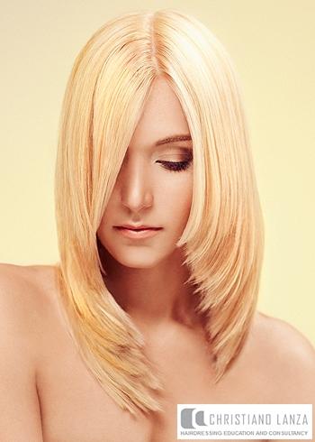 Dlouhé rovné blond vlasy s delší ofinou
