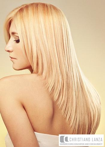 Hladký rovný blond účes