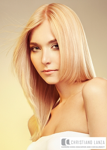 Rovný delší blond účes s pěšinou na stranu