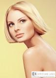 Rovné blond mikádo s pěšinou uprostřed