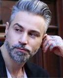 Sexy účes pro muže, šedivé barvy