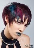 Barevný asymetricky střižený účes pro krátké vlasy