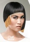 Asymetrický extravagantní účes, zajímavá kombinace černé, blond a měděné barvy