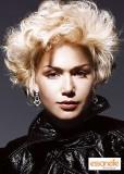 Krátký účes z vlnitých rozevlátých blond vlasů